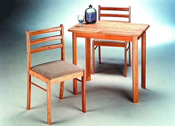 實木一桌二椅組合,三張小朋友有找喔