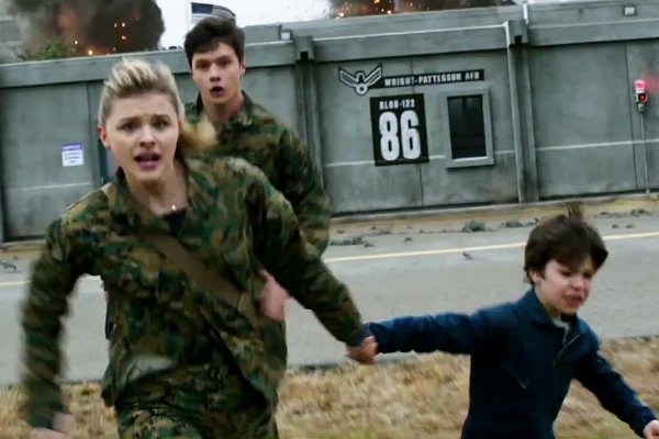 chloe-moretz-fights-to-save-her-brother-from-aliens-in-the-5th-wave.jpg
