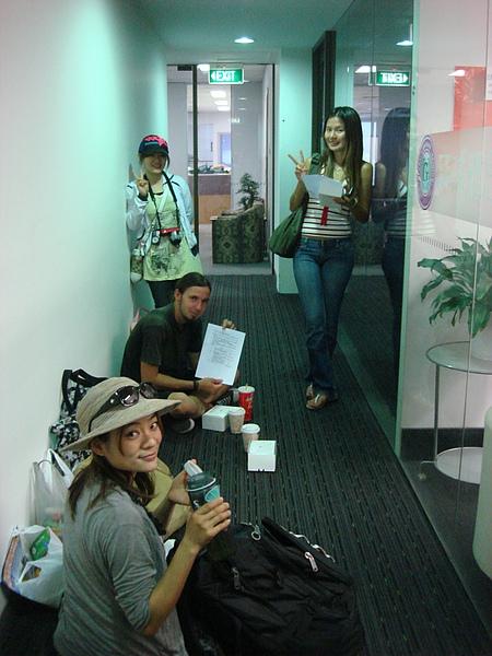 辦公室擠不下~ 只好在走廊休息一下!