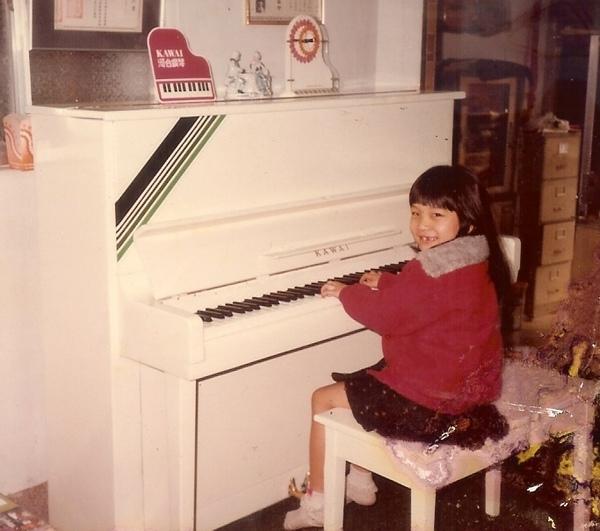 多多彈琴.jpg