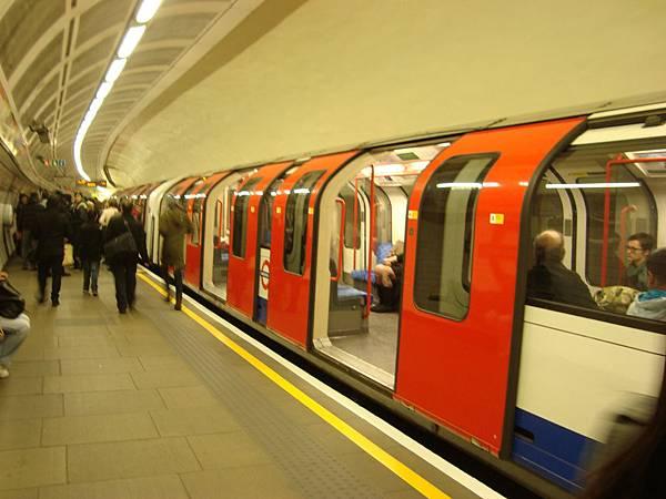 紅白藍的地鐵車體