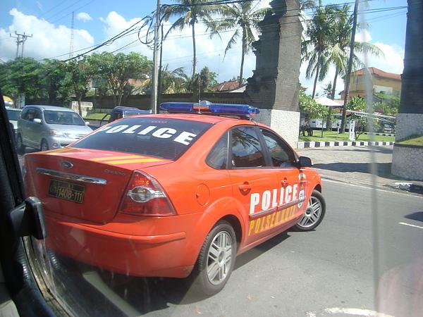 好亮眼的警車XD