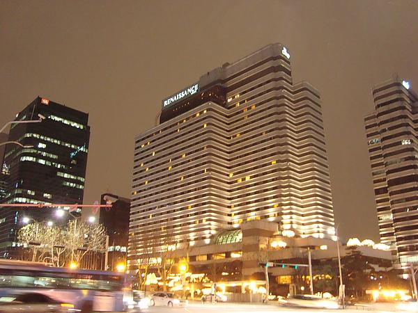 夜晚的Renaissance Seoul Hotel