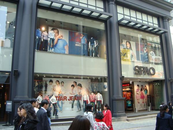 外牆充滿SME的藝人....