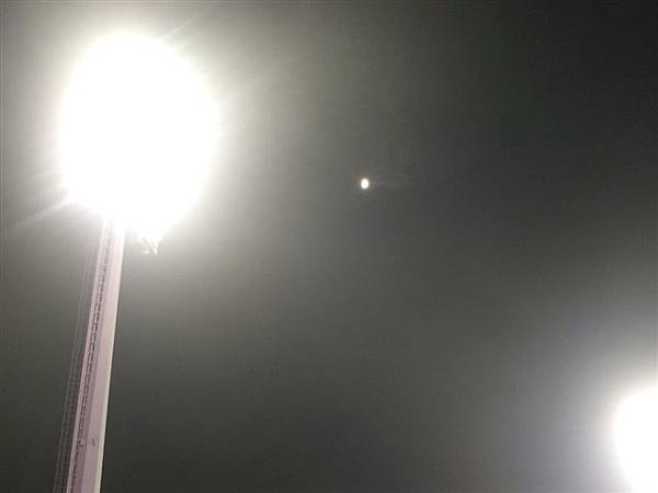 剛剛還下雨,現在竟然有月亮@_@
