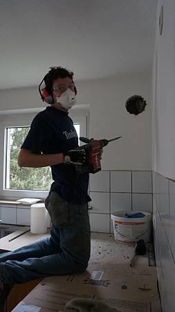 [裝潢DIY] 準備安裝廚房排煙管, 著實在牆壁上挖出一個對外的大洞