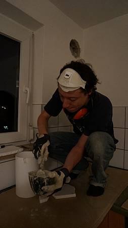 [裝潢DIY] 調水泥把周圍縫隙填滿