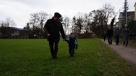 [12/22 Zurich 蘇黎世]外公帶著Jonas跑步