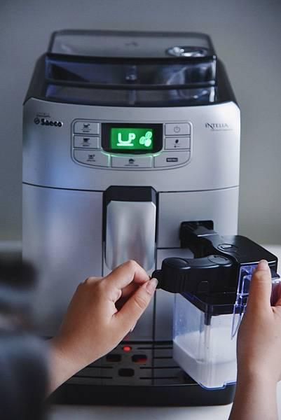 Saeco咖啡機 裝上牛奶.jpg