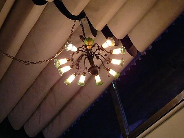 高高掛的吊燈