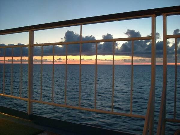 太陽掉進海裡了