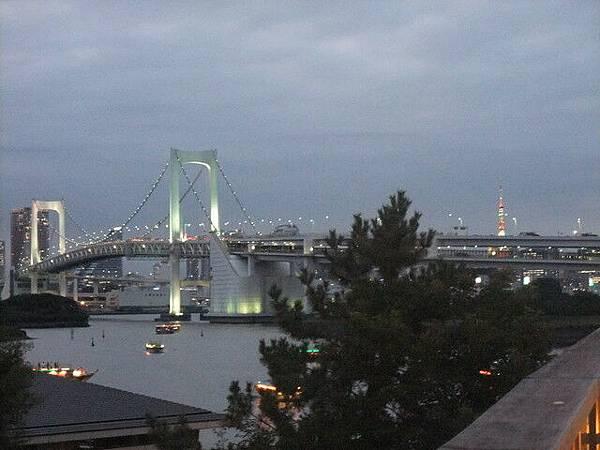 橋的燈光也越來越美