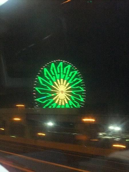 高速公路旁的摩天輪