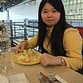 黃衣服配黃盤子