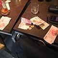 滿桌子的錢