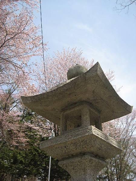 義經神社的石燈籠