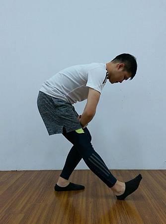 腿後肌群伸展(站).jpg