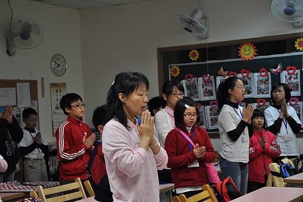 老師帶領家長及學生一同做行前祈福20110417_大小義工的一天-持戒隊_047.JPG