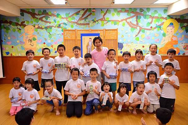 淑儀老師和福慧成長班得獎的孩子們合影.jpg