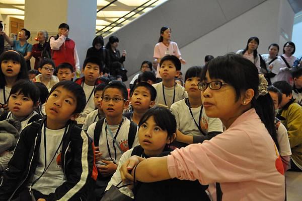 孩子們聽導覽系統簡介時專注的神情20110417_大小義工的一天-持戒隊_127.JPG