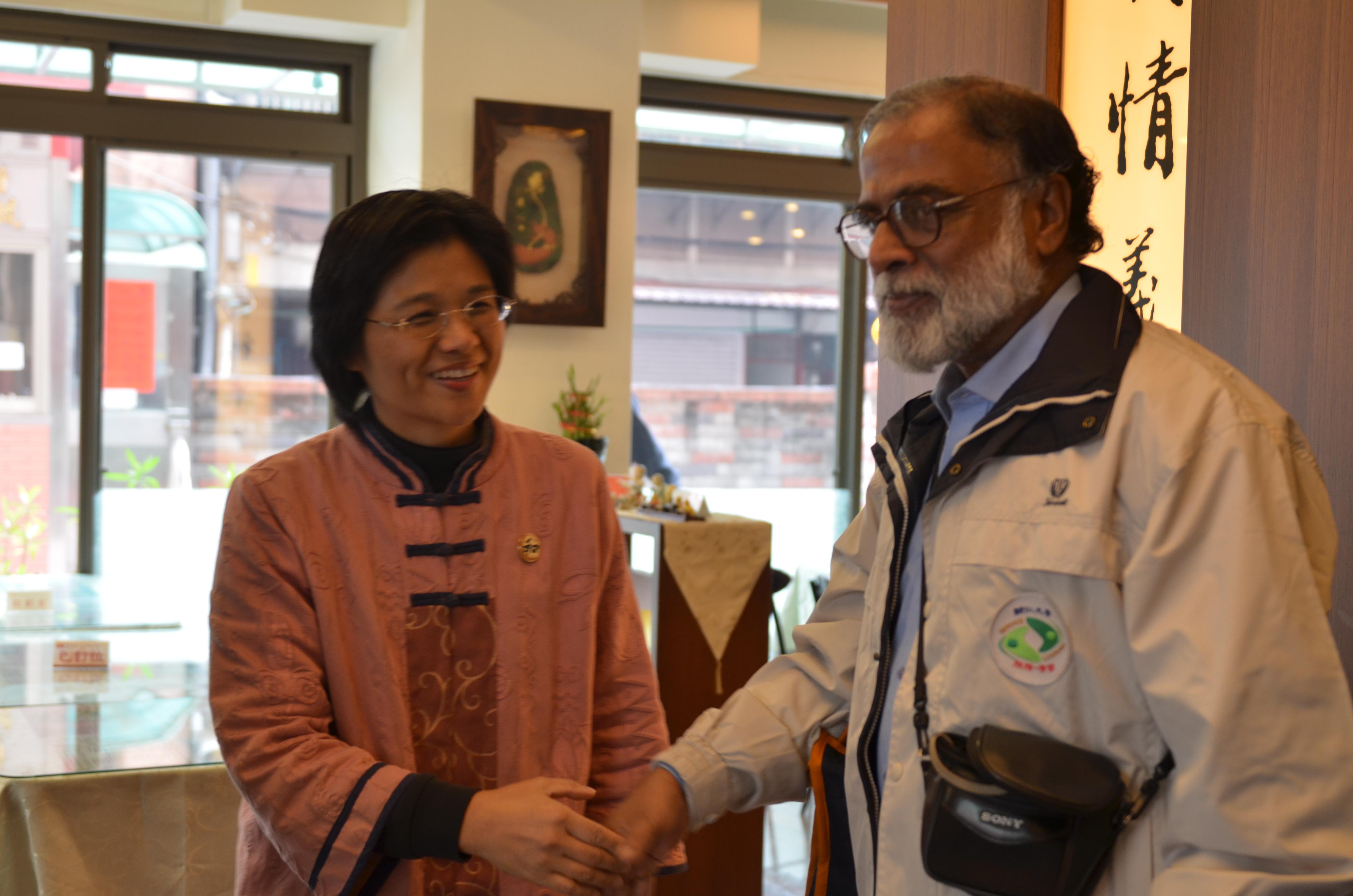 05_陳執行長與Madhukar教授握手問安.JPG