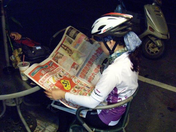 吃早餐看報紙~
