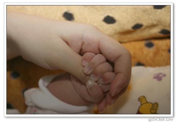 妹妹握緊媽媽的手~