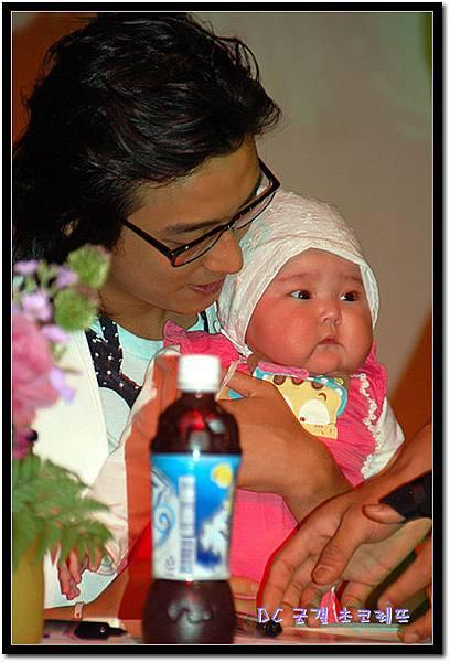 jujihun with baby.jpg