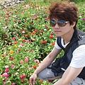DSCF4898李小豬跟花.JPG