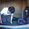 DSCF3346很認真的收帳篷.JPG