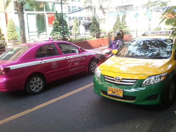 泰國鮮豔的計程車