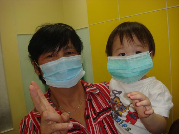 看醫生戴口罩妹妹都不會拿下來耶.JPG
