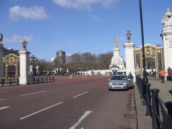 白金漢宮-終於到了,原來這就是白金漢宮啊!老公說,看起來一點兒也不氣派.JPG