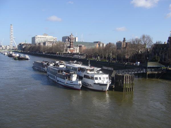 泰晤士河面上的遊船,正等待著遊客的青睞.jpg