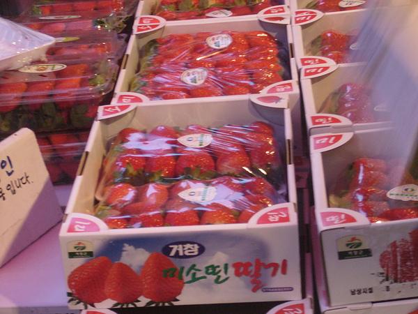 春川明洞-胖媽媽水果攤-第一次吃到這麼好吃的草莓,又大又漂亮..JPG
