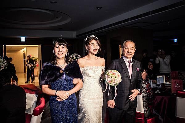 新娘與爸爸媽媽進場1.jpg