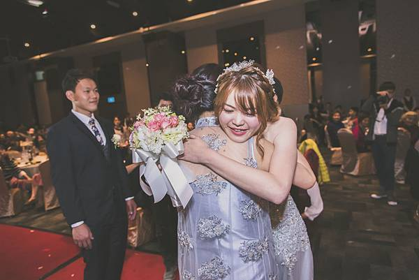 新娘擁抱媽媽.jpg