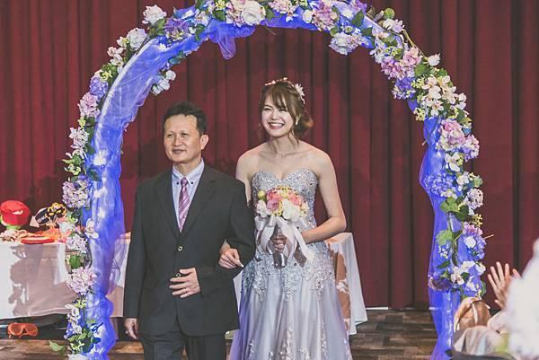 新娘與父親進場.jpg