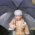 小孩用大傘.JPG