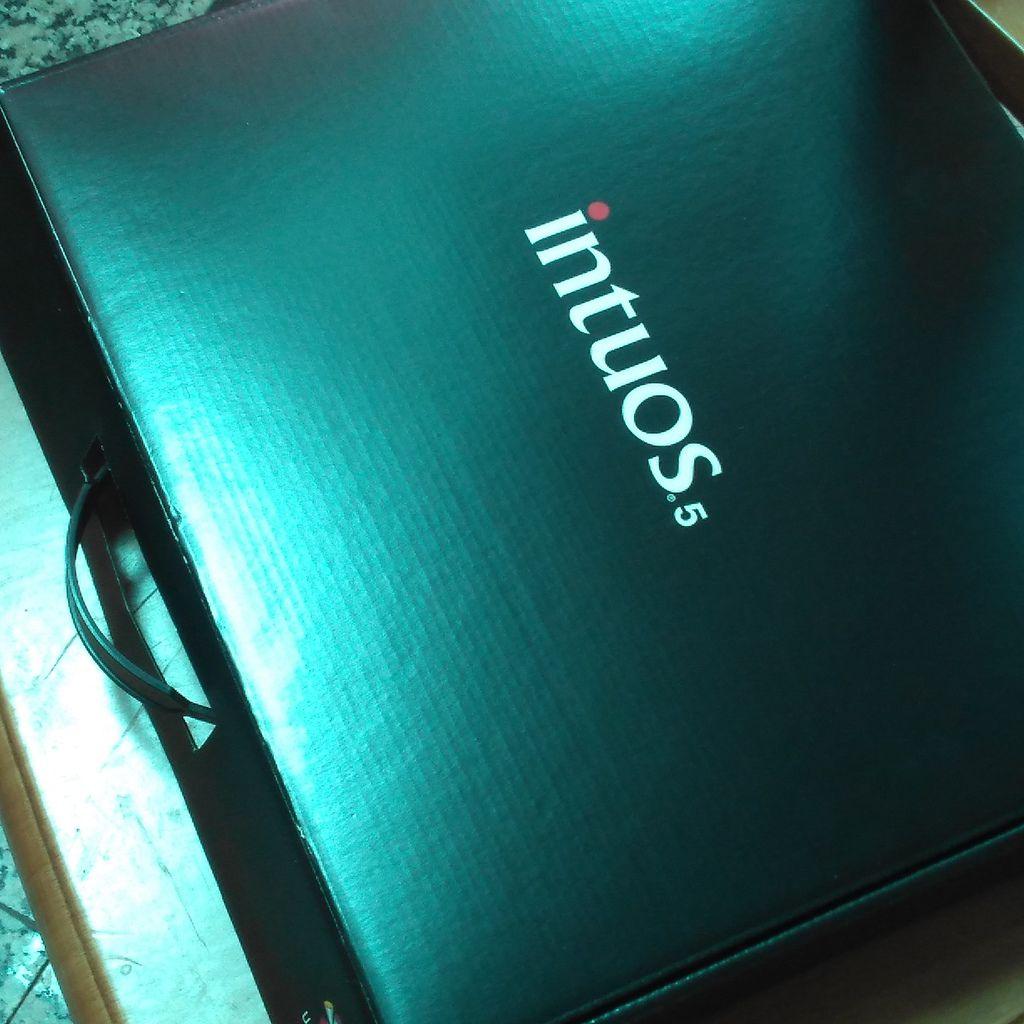 wacom intuos5 包裝黑盒.jpg