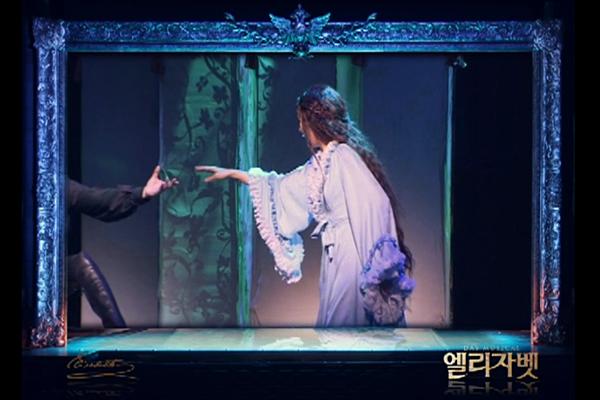 視頻可見伊麗莎白的手是顫顫抖抖的迎上死神...