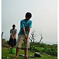 還自備高爾夫球,把人家草皮都打壞了XDD