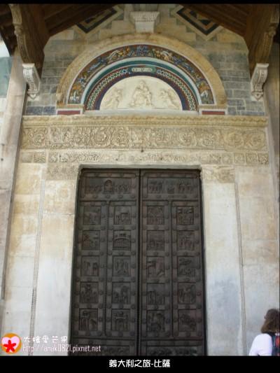 023大教堂後面的門.JPG