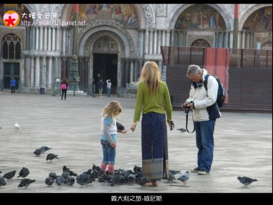 2046餵鴿子的小女孩.JPG
