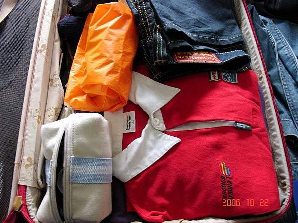 我的行李, 左下角是fancl送的旅行用包包..裝滿愛水的雞絲