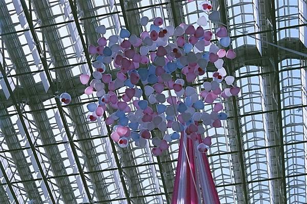 高空有這麼多氣球飛下來