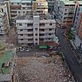對面的公寓被拆了