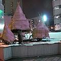 冬天怕樹凍傷給他們穿衣服~