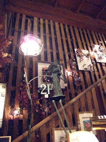 銀星堂音樂風館堂內可愛小丑造型的2F標示