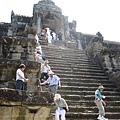 攀爬上Ankor Wat寺頂的人們
